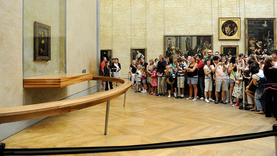 Туристы около картины Леонардо да Винчи «Мона Лиза» в Лувре, 2009 год