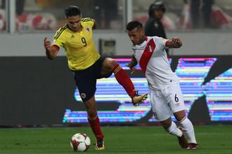 Фалькао (слева) отметился в матче с Перу голевой передачей и неоднозначным поведением