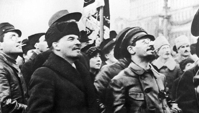 Владимир Ленин и Яков Свердлов осматривают временный памятник К. Марксу и Ф. Энгельсу на Воскресенской площади, 1918 год