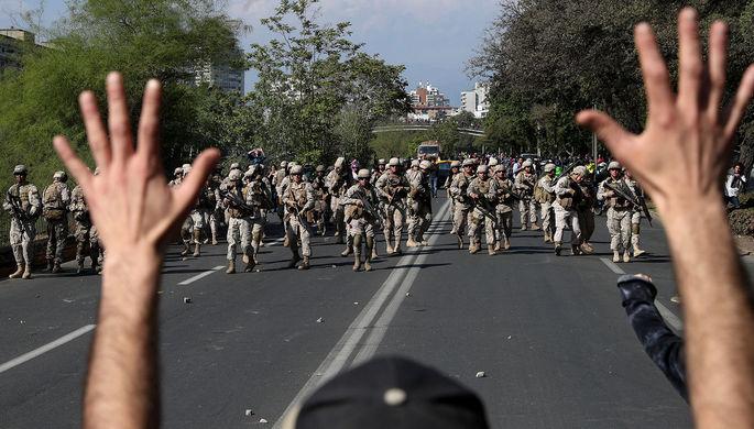 Ливанские силовики после столкновений между участниками антиправительственных акций и сторонниками шиитских движений «Амаль» и «Хезболла» в центре Бейрута, 29 октября 2019 года