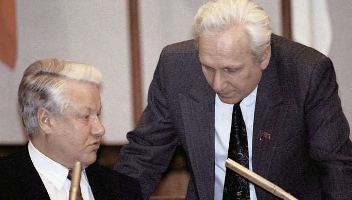 Президент РФ Борис Ельцин и руководитель администрации президента Сергей Филатов