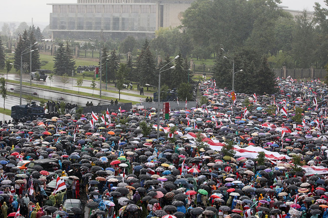 Участники «Марша единства» напротив Дворца независимости в Минске, 6 сентября 2020 года