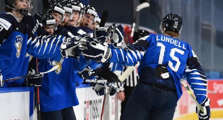 Молодежная сборная Финляндии празднует гол в ворота сборной России