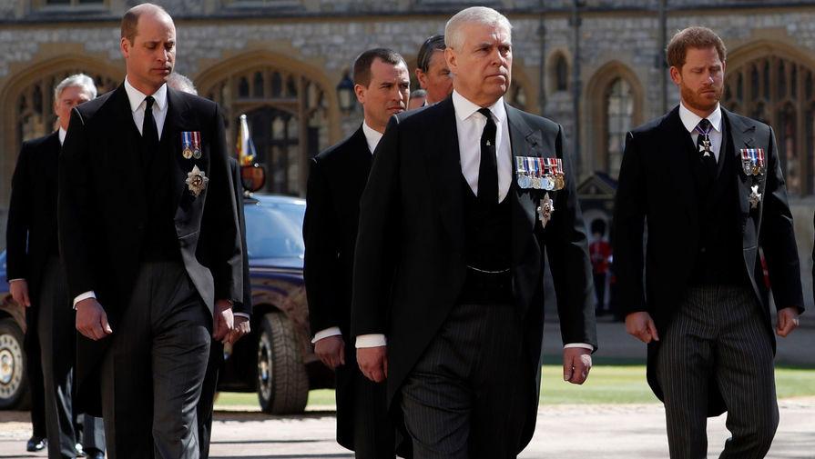 Принц Эндрю, принцы Уильям и Гарри во время церемонии похорон герцога Эдинбургского Филиппа в Виндзорском замке, 17 апреля 2021 года