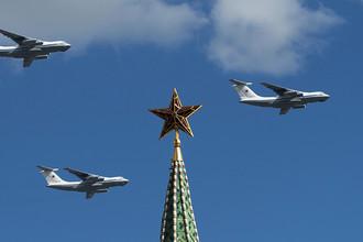 Самолеты Ил-76 во время репетиции воздушной части военного парада в Москве