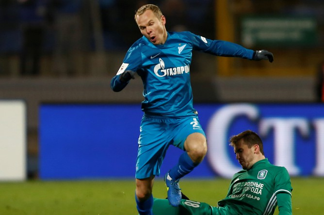 Защитник «Зенита» Александр Анюков и полузащитник «Томи» Артем Попов