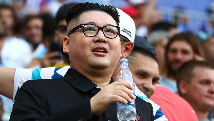 Двойник Ким Чен Ына во время матча группового этапа чемпионата мира по футболу между сборными...