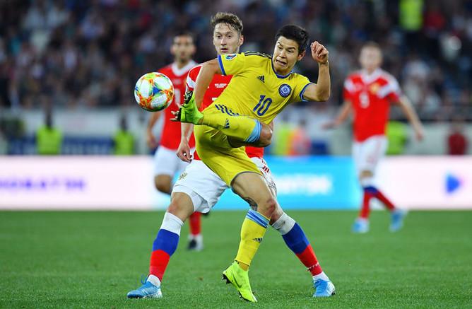 Слева направо: Антон Миранчук (Россия) и Георгий Жуков (Казахстан) в отборочном матче чемпионата Европы по футболу 2020 между сборными командами России и Казахстана, 9 сентября 2019 года