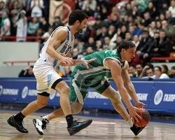 Петр Самойленко борется за мяч