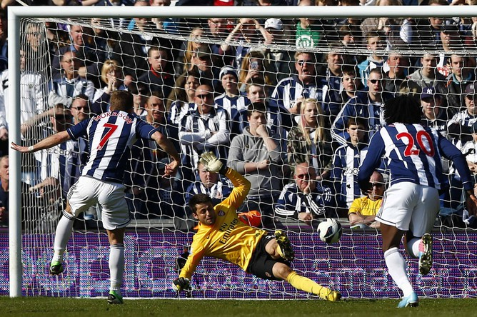 После удара Моррисона с пенальти мяч влетает в ворота «Арсенала»