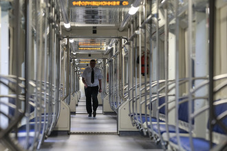 Пассажиры в вагоне поезда серии 81-760А со сквозным проходом по всей длине состава во время следования по Серпуховско-Тимирязевской линии Московского метрополитена