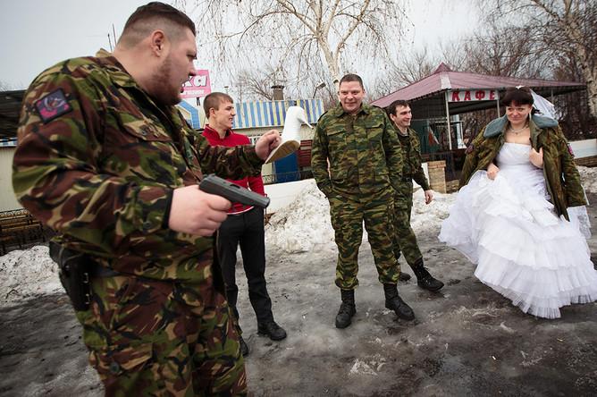 Командир подразделения «Викинги» Евгений (слева) и ополченцы его подразделения «выкупают» невесту Ксению (позывной «Зима»)
