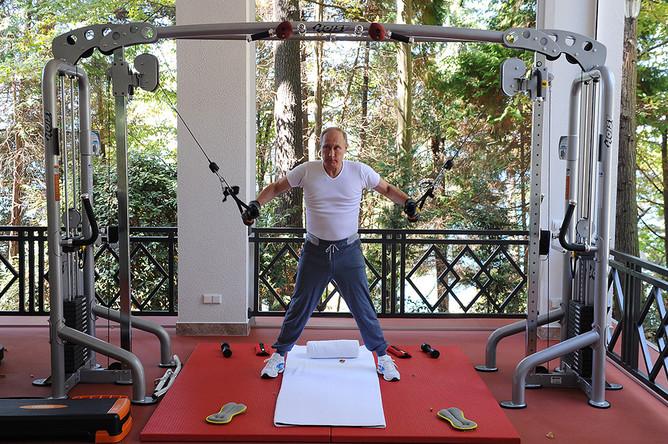 Президент РФ Владимир Путин в тренажерном зале резиденции «Бочаров Ручей»