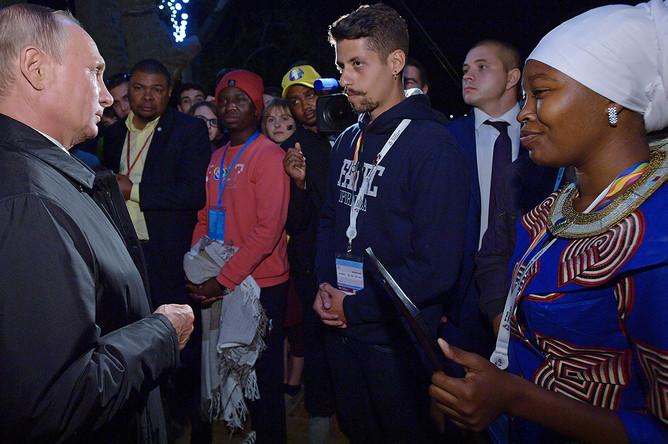 Владимир Путин во время встречи с участниками Всемирного фестиваля молодёжи и студентов в Сочи, 19 октября 2017 года