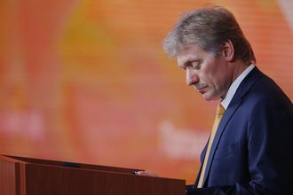 Пресс-секретарь Дмитрий Песков во время пресс-конференции президента России Владимира Путина в Москве, 14 декабря 2017 года