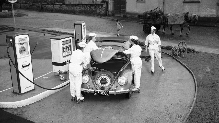 Volkswagen Beetle на заправочной станции в Дейдесхайме, Германия, 1954 год