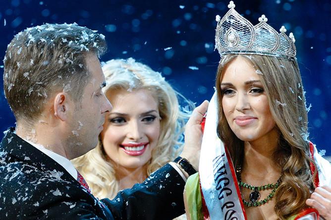 Павел Астахов вручает почетную ленту победительнице национального конкурса красоты «Мисс Россия — 2007» Ксении Сухиновой из Тюмени, 2007 год