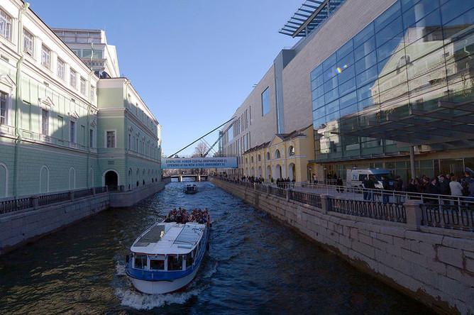 Экскурсионный катер проходит мимо старого (слева) и нового (справа) зданий Мариинского театра в Санкт-Петербурге