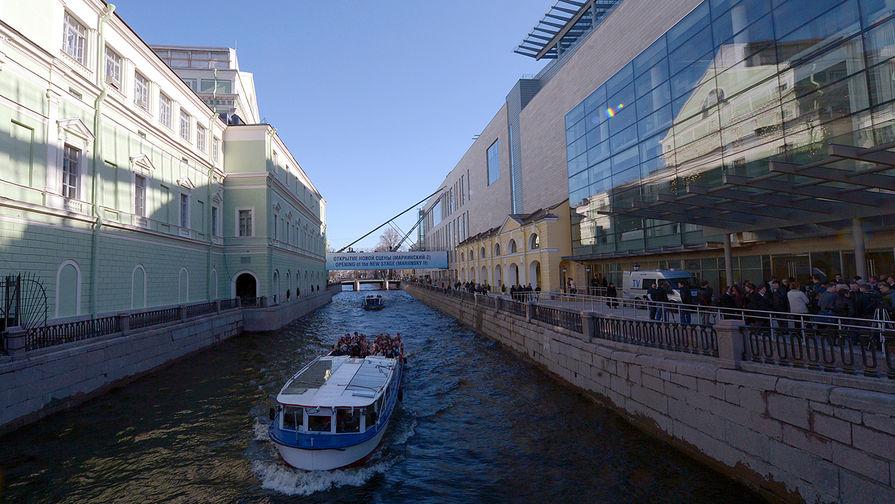 Экскурсионный катер проходит мимо старого (слева) и нового (справа) зданий Мариинского театра в...