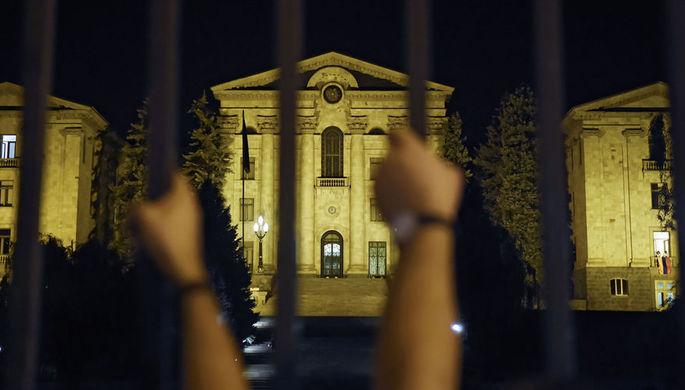 Нет у революции конца: парламент Армении вновь в осаде