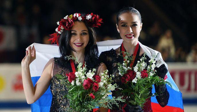 Российские фигуристки Елизавета Туктамышева и Алина Загитова на церемонии награждения после финала Гран-при