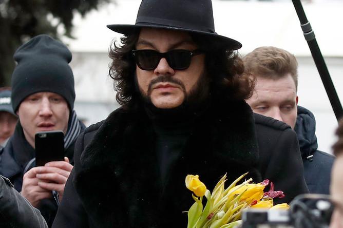 Певец Филипп Киркоров во время церемонии прощания с певицей Юлией Началовой на Троекуровском кладбище, 21 марта 2019 года