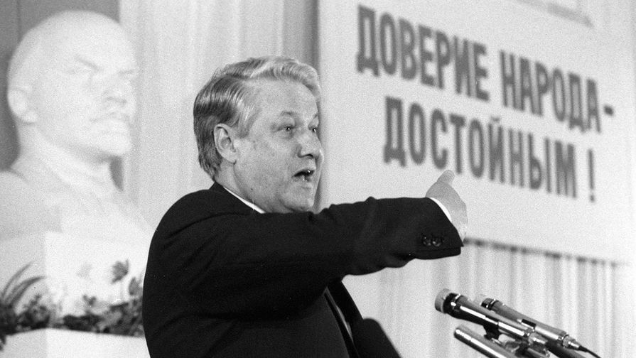 Первый заместитель председателя Госстроя СССР Борис Ельцин с работниками ЗИЛ в Москве в преддверии выборов в Верховный Совет, март 1989 года
