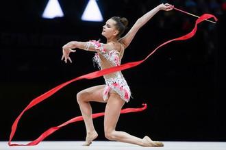 Дина Аверина (Россия) выполняет упражнения с лентой квалификации индивидуального многоборья на чемпионате Европы по художественной гимнастике в Баку.