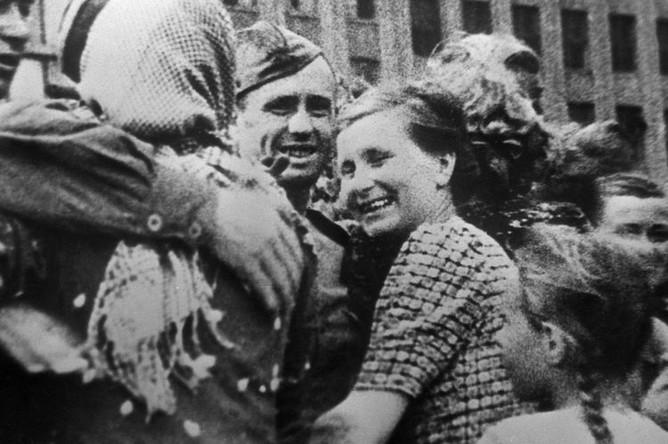Великая Отечественная война 1941-1945 гг. Белорусская наступательная операция «Багратион» с 23 июня- 29 августа 1944 года. Жители Минска встречают советских воинов (Минская наступательная операция 29 июня- 4 июля 1944 года).