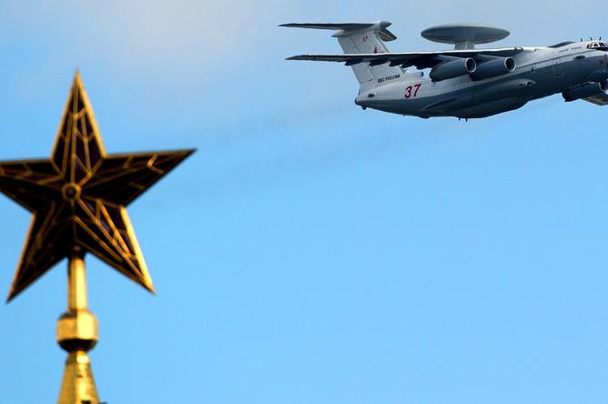 Самолет дальнего радиолокационного обнаружения и управления А-50У во время репетиции воздушной части Парада Победы в Москве, 2014 год