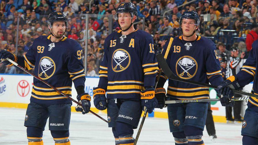 Хоккеисты «Баффало» Виктор Антипин (слева), Джек Айкел (по центру) и Джейк Маккейб