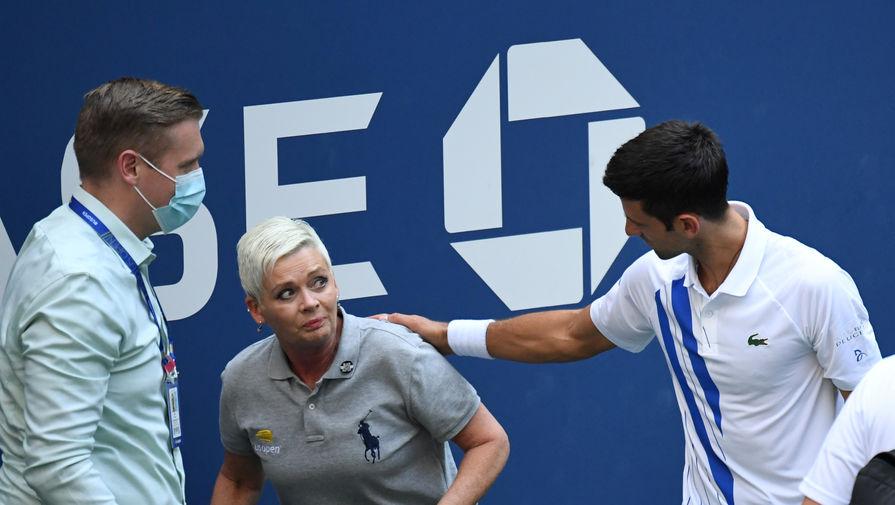 Новак Джокович успокаивает судью после попадания мячом ей в шею на US Open