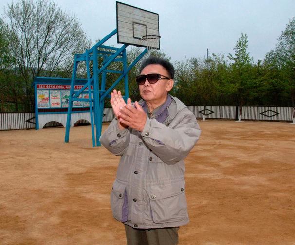 Ким Чен Ир в военной части северокорейских ВВС, снимок без даты опубликован в 2009 году