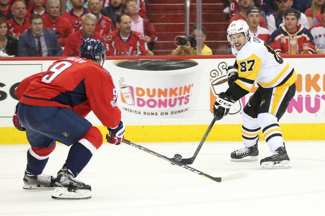 Борьба за шайбу между хоккеистами «Вашингтона» и «Питтсбурга» в седьмом матче 1/4 финала плей-офф НХЛ.