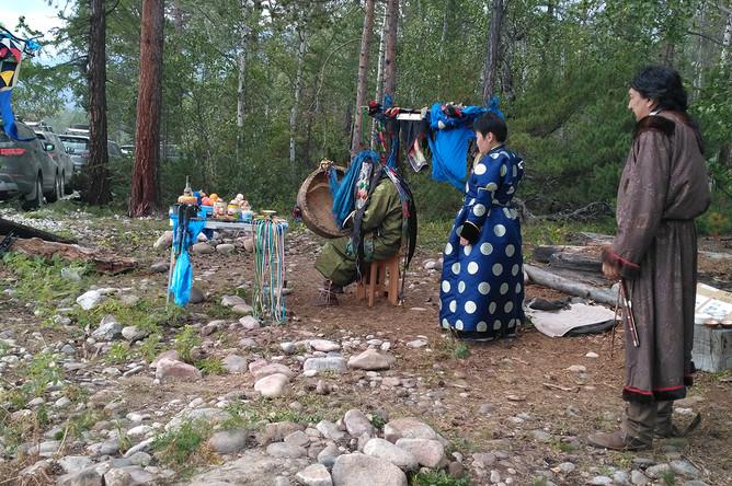 Настоящий бурятский шаман проводит особый обряд на берегу озера