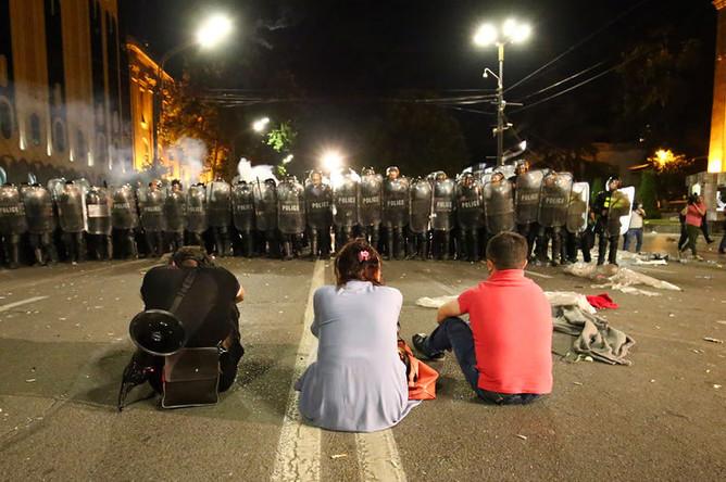 Участники демонстрации грузинской оппозиции и полицейские около здания парламента в Тбилиси, 21 июня 2019 года