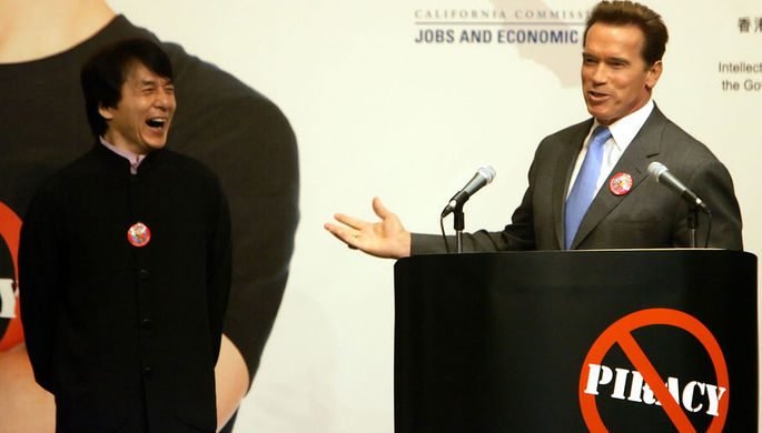 Джеки Чан и Арнольд Шварценеггер во время мероприятия против пиратства в Гонконге, 2005 год