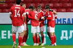 Футболисты сборной России празднуют свой первый гол вматче отборочного этапа чемпионата мира пофутболу 2022года междусборными России и Словакии