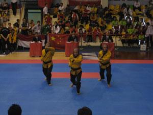 Спортсменки сборной Ирана исполняют пхумсе