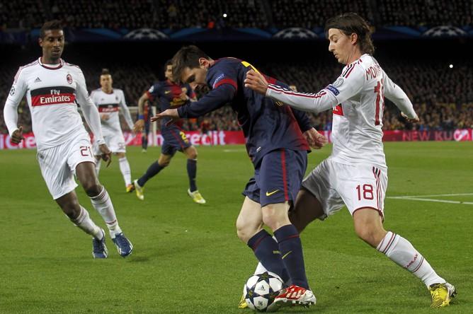 Риккардо Монтоливо пытается отнять мяч у Лионеля Месси
