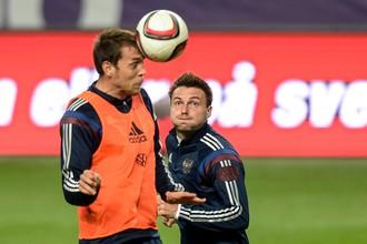 Владимир Гранат (справа) и Артем Дзюба на тренировке сборной России