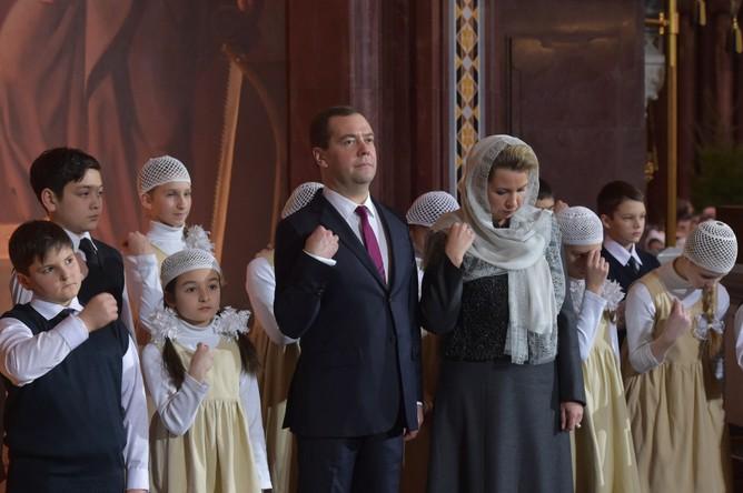 Председатель правительства России Дмитрий Медведев с супругой Светланой на праздничном Рождественском богослужении в храме Христа Спасителя