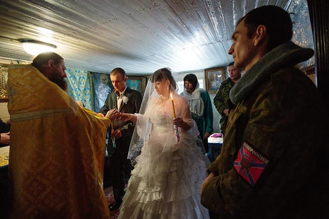 Обряд венчания ополченцев из подразделения «Викинги», Дениса (позывной «Лысый») и Ксении (позывной «Зима»)
