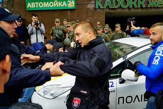 Столкновения представителей украинских националистических организаций и сотрудников полиции у здания генерального консульства РФ в Одессе