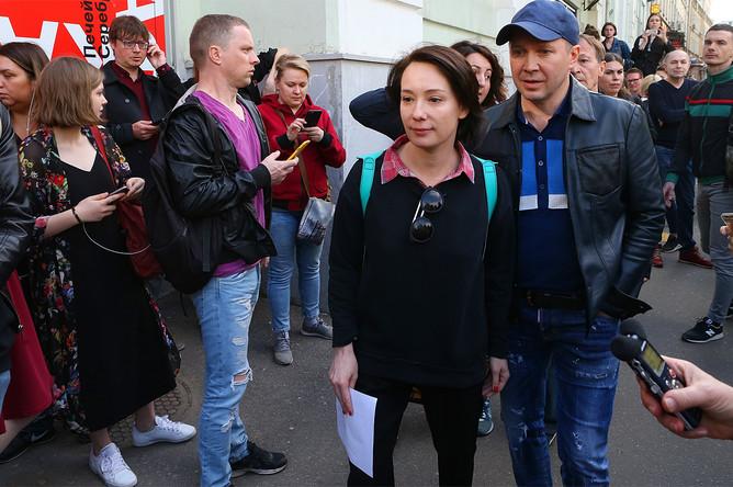 Чулпан Хаматова и Евгений Миронов у «Гоголь-центра» во время обысков, 23 мая 2017 года