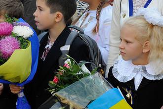 Ученики на торжественной линейке, посвященной Дню знаний, в школе №69 города Киева