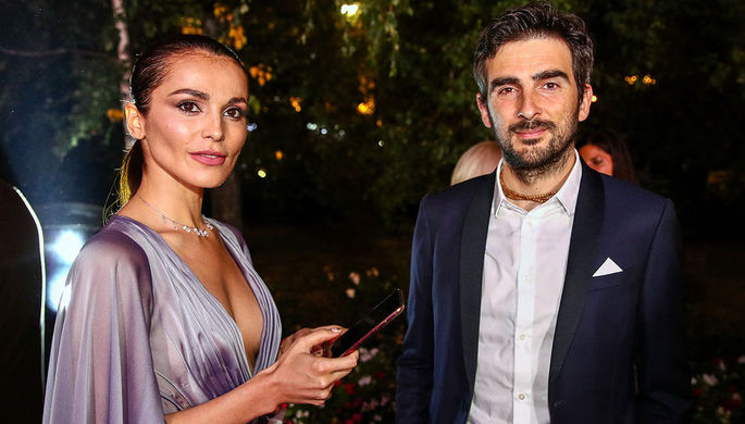 Сати Казанова с супругом Стефано Тиоццо перед началом церемонии вручения премии «Человек года» по версии журнала GQ в Москве, 10 сентября 2019 года