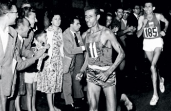 Абебе Бикила в марафоне в Риме бежит за своим первым олимпийским золотом