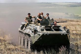 Украинские пограничники едут на бронетранспортере вдоль границы Украины и России