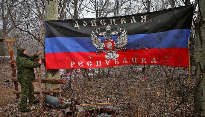 Флаг Донецкой народной республики на блокпосту